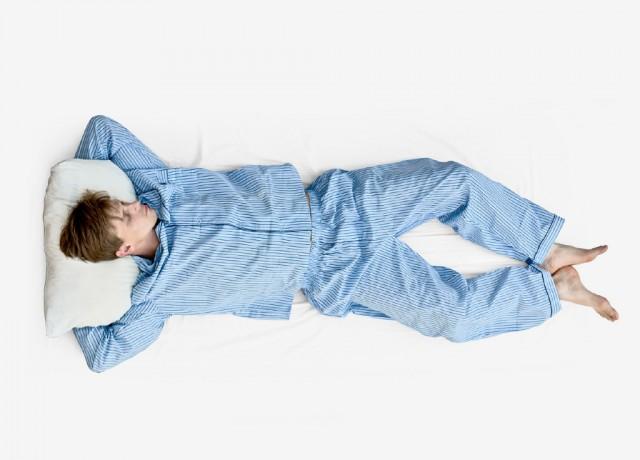 Dormire a pancia in su: posizione a stella marina
