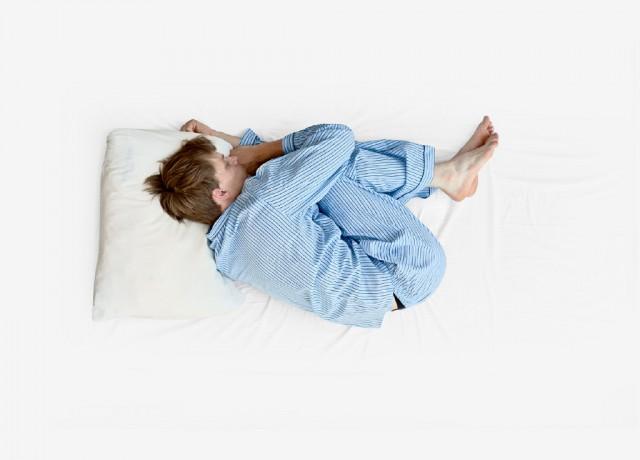 Dormire rannicchiati in posizione fetale